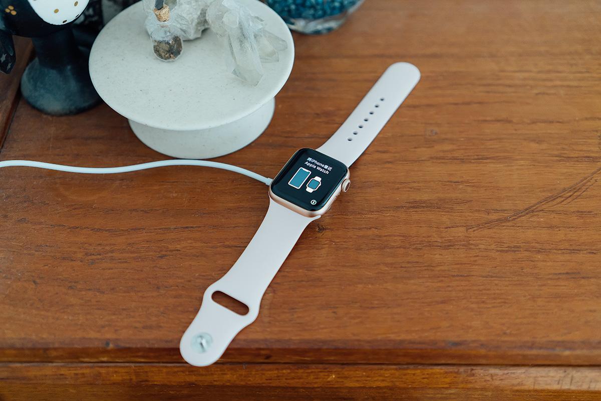 Apple Watch 5 充電中
